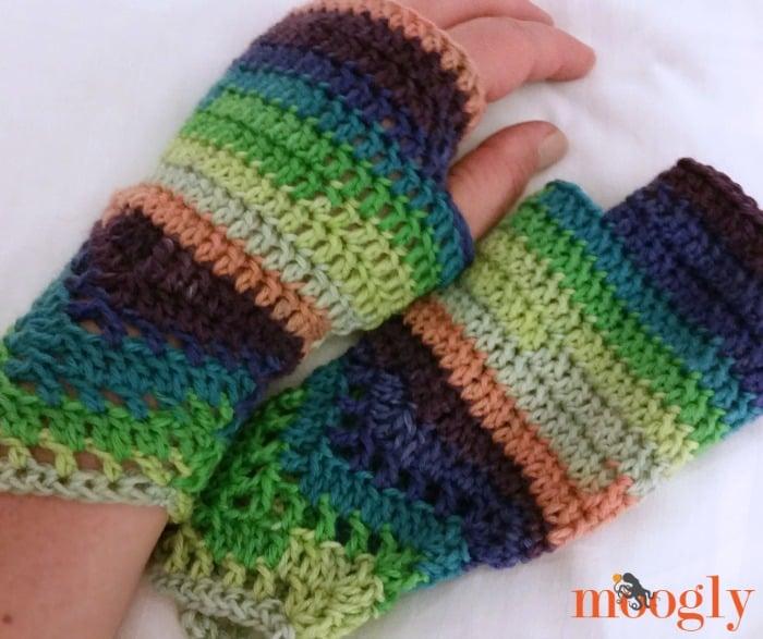 Free Crochet Patterns Lace Gloves : Chevron Lac Fingerless Mitts ~ FREE Crochet Pattern