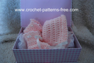 Free Crochet Patterns And Designs By Lisaauch : Basic Baby Booties and Bonnet ~ FREE Crochet Pattern