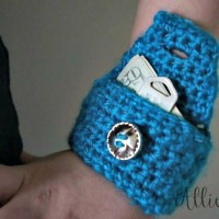 Reflective Wrist Pouch ~ Raelynn Orff/AllieCat's Hats and Crafts – Cre8tion Crochet